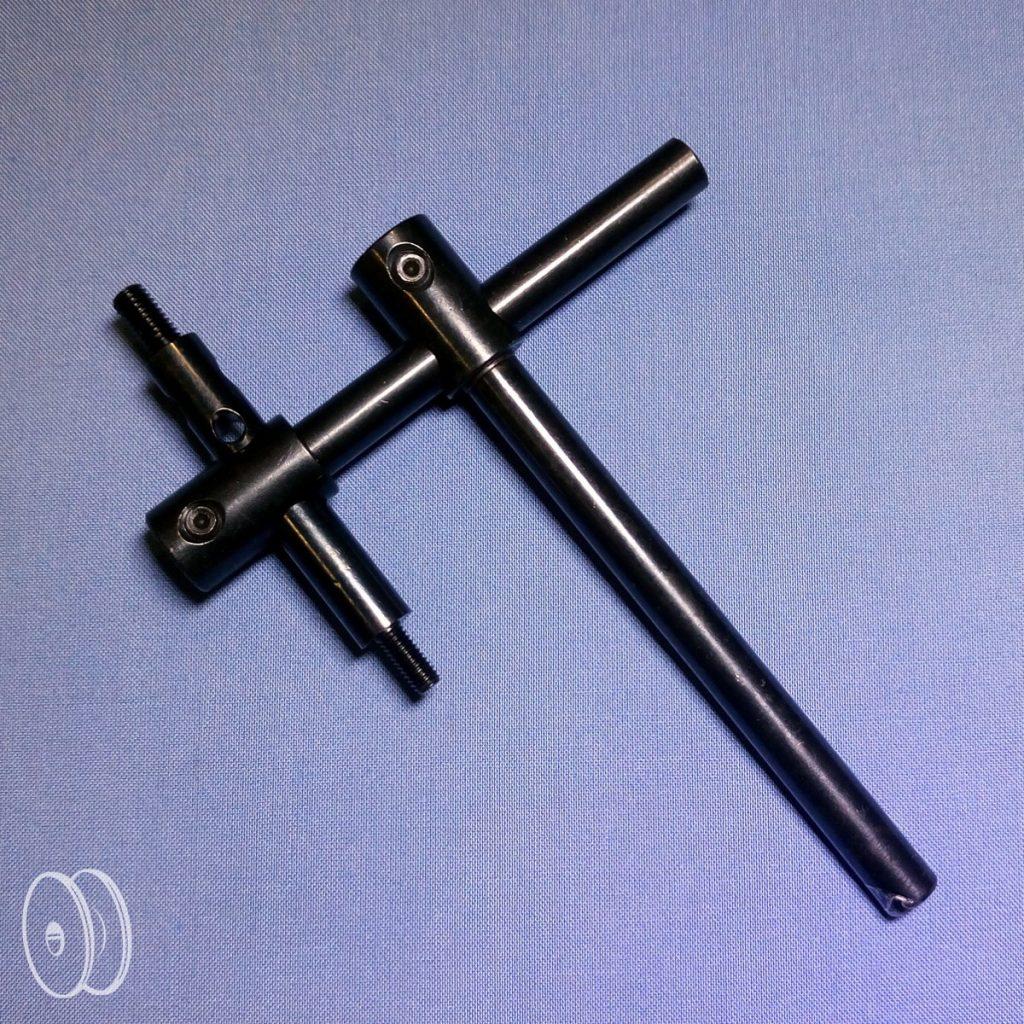 Įvairūs priedų laikiliai, medžiagos leistuvai, gaminio krašto ribotuvai ir kiti priedai